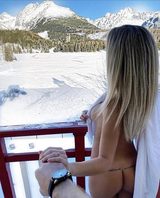 Na hotelový balkón už ale vyšla úplně nahá.
