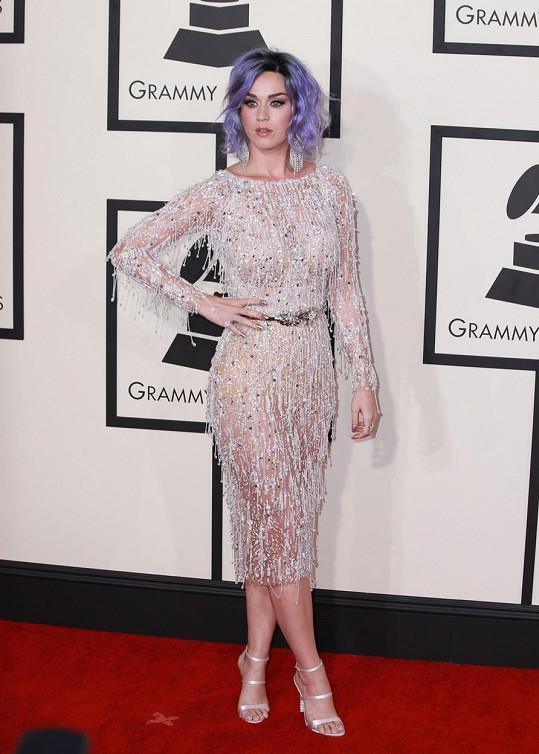 Katy Perry se podařilo namixovat chutný koktejl punku a glamour stylu, když šaty In Ralph & Russo ve stylu dvacátých let minulého století doladila fialovou hlavou.