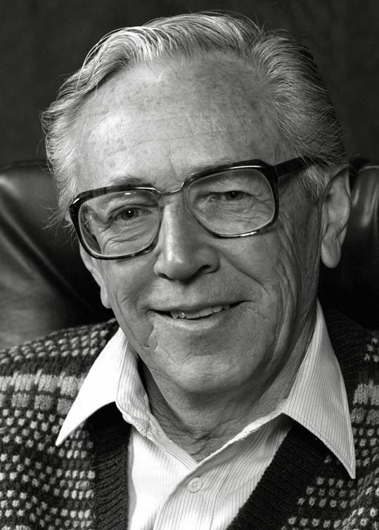 Tvůrce komiksů Charles Schulz podlehl v 77 letech rakovině a v žebříčku se umístil na bronzové příčce. Díky prodeji nemovitostí a smlouvě s Apple TV+ činil jeho výdělek v daném období téměř 709 miliónů korun.