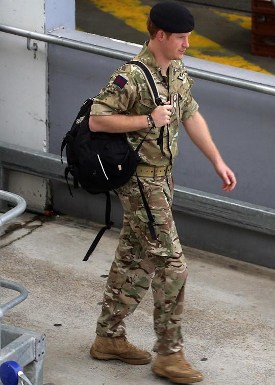 Harry přiletěl ve vojenském, ale později se převlékl do slušivé uniformy.