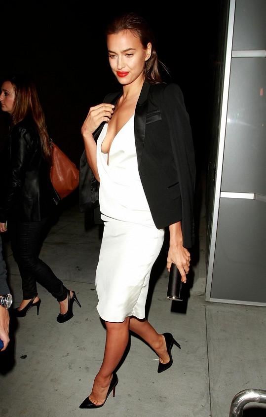 Irina Shayk dorazila na párty ve vyzývavém modelu.