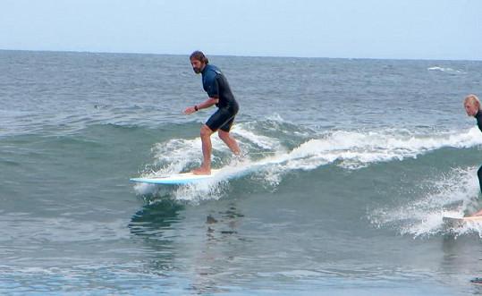 Gerard je vášnivým surfařem.