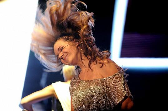 Její vlasy žily svým životem.