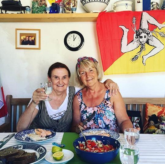 Holubová vyrazila na Sicílii s maminkou Olinky Joklové, Olgou.