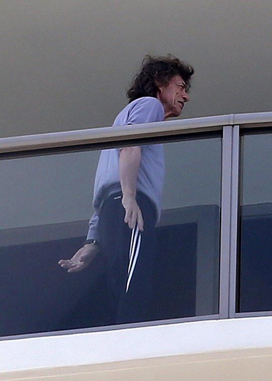 Rozcuchaný a v domácím úboru odpočíval na balkoně hotelového pokoje.