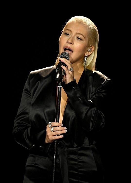 Na American Music Awards vypadala úplně jinak.