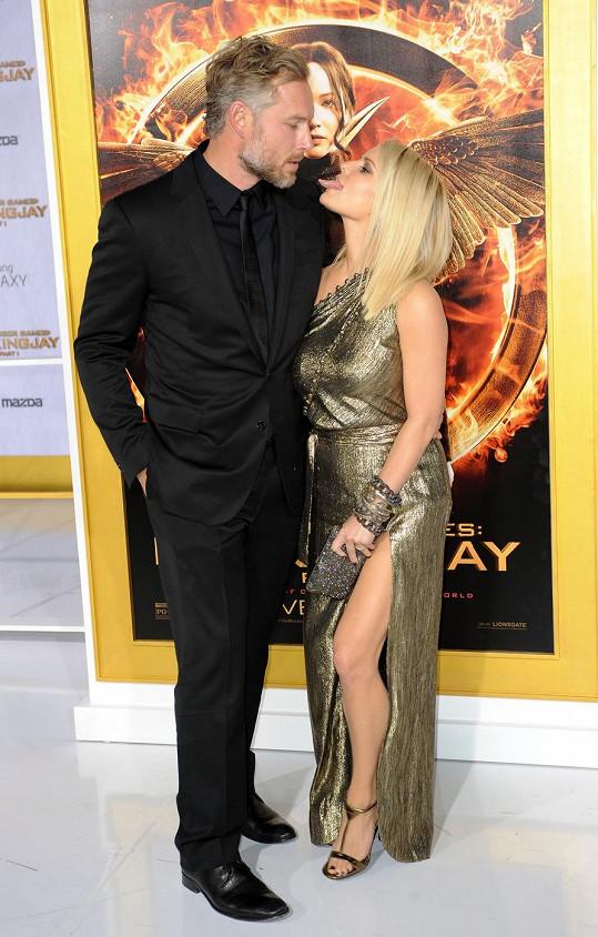 Na premiéře se zpěvačka předvedla jako sexy manželka.