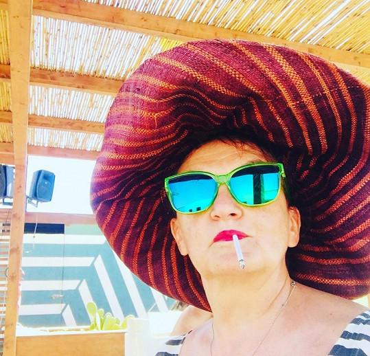 U moře nedá Holubová bez klobouku ani ránu.