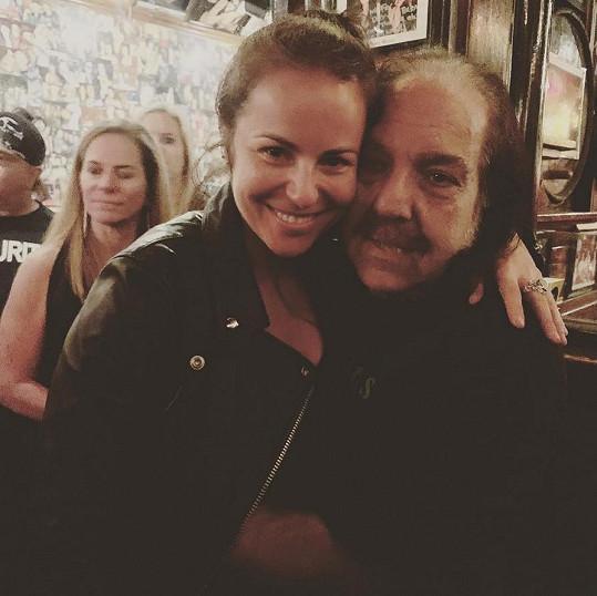 Zpěvačka se pochlubila fotkou s pornohercem Ronem Jeremym.