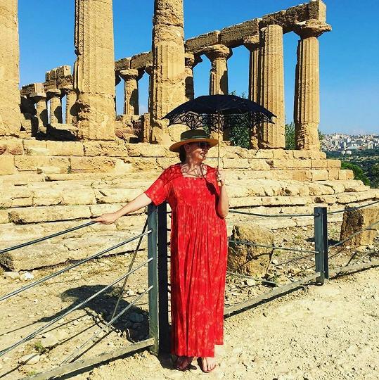 Eva na výletě na místě Valle dei Templi