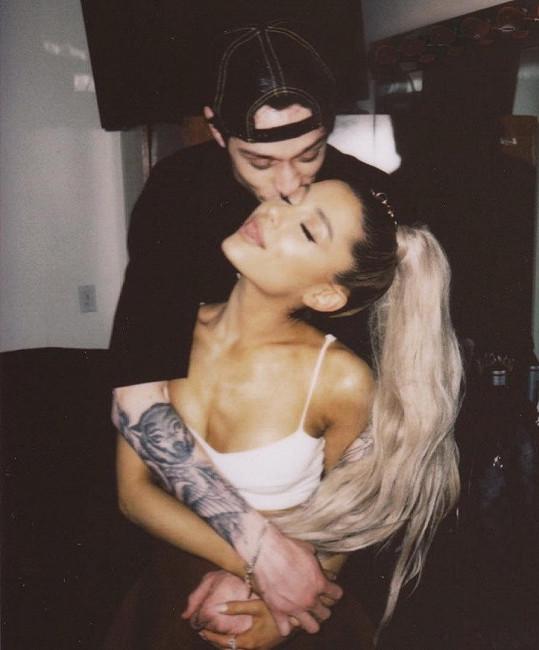 Nedávno světem otřásly zprávy o bleskových zásnubách Ariany Grande.