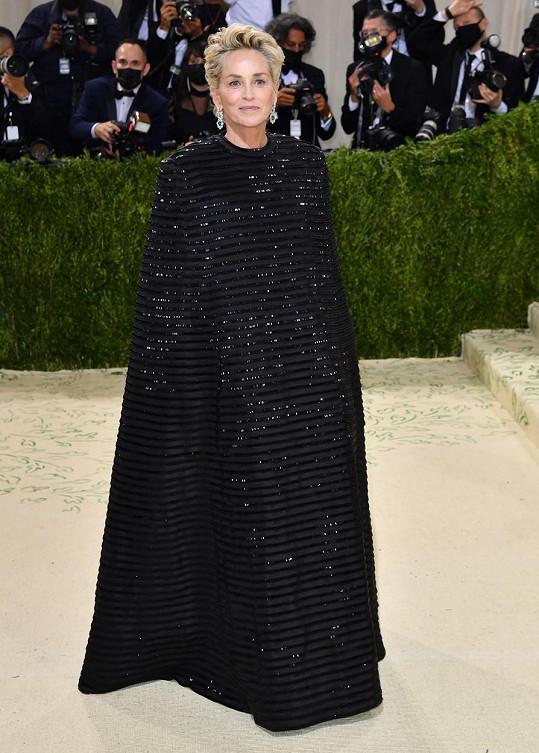 Sharon Stone a její černý model návrháře Thoma Browneho