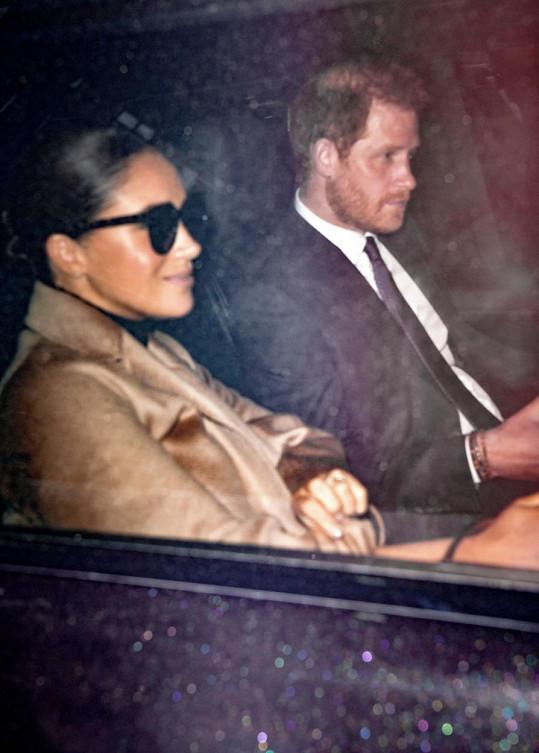 Při cestě autem už Harry vypadal zasmušile, zato Meghan si držela na rtech jemný úsměv pro fotografy.