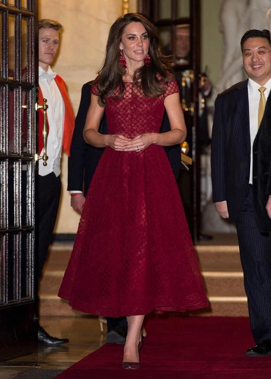 Vévodkyně zvolila rudé šaty.