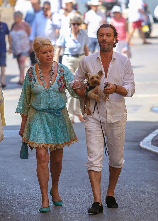 Ivana tráví léto v Saint Tropez.