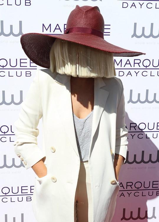 Sia a její umělecký look se skrytou tváří