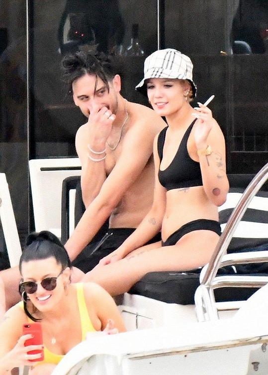 Zpěvačka Halsey si s partnerem a přáteli užívá v Miami na luxusní jachtě.