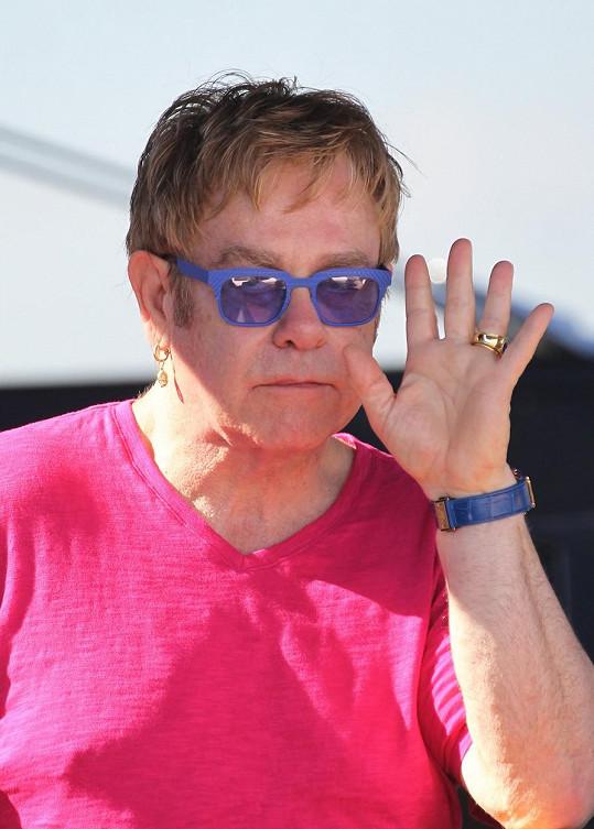 Elton John si posteskl.