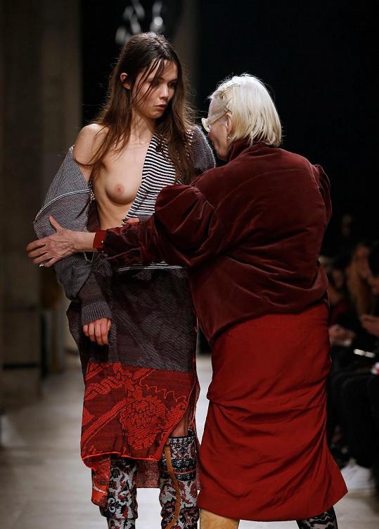 Vivienne Westwood pomohla bezradné modelce zpátky do svetříku.