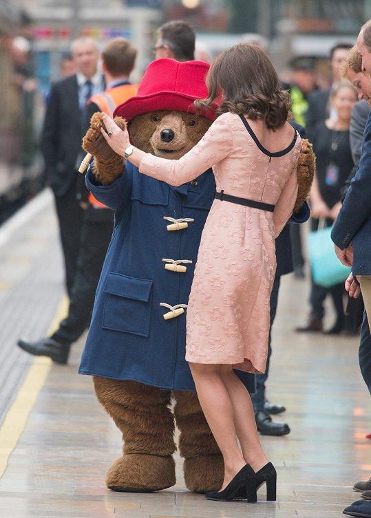 Kate byla v dobrém rozmaru, na nádraží Paddington si zatančila se stejnojmenným medvědem.