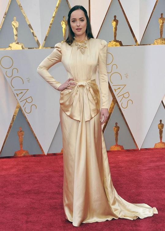 Hvězda Padesáti odstínu šedi i temnoty Dakota Johnson oblékla šaty, které se zdály být kombinací sošky Oscara a svatebních šatů po prababičce.