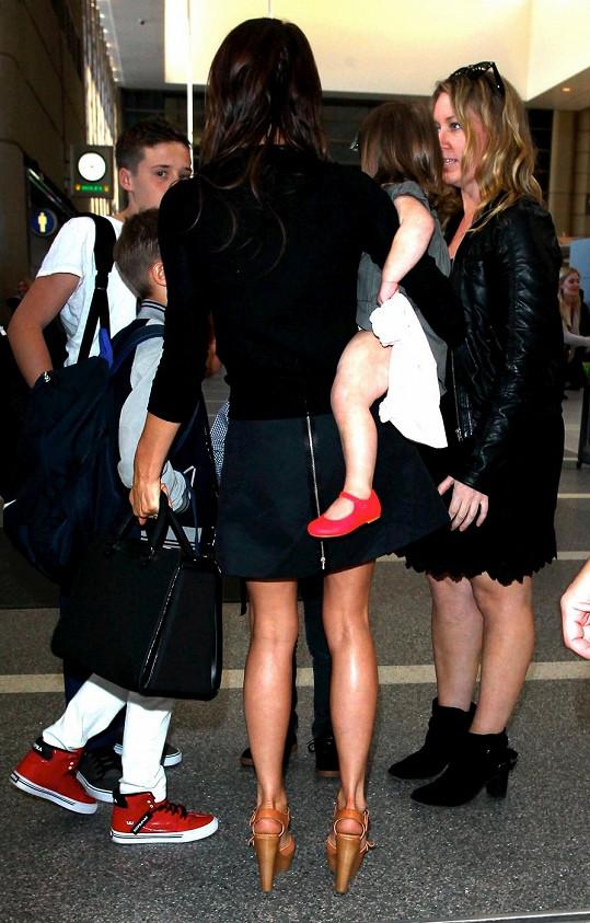 Victoria se syny a dcerou na letišti v Los Angeles.