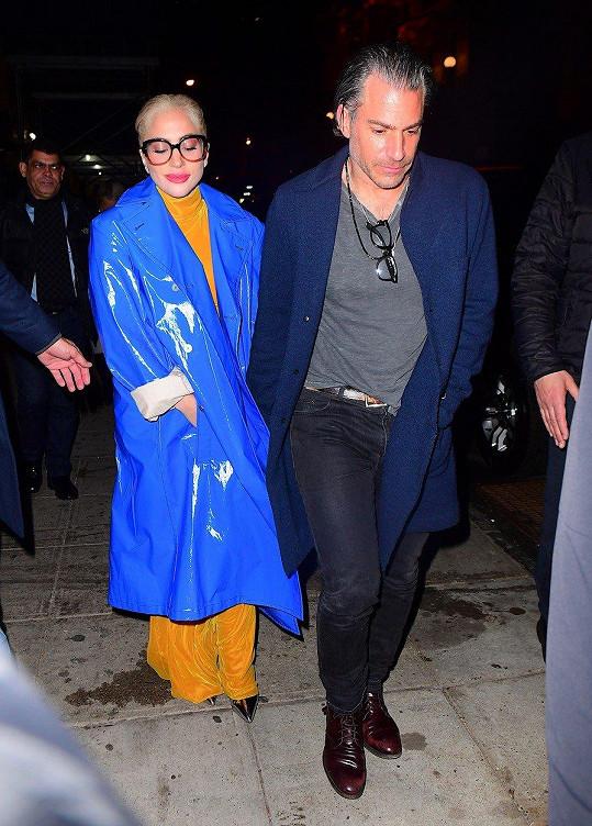 Se svým přítelem Christianem Carinem vyrazila do restaurace jen den před Grammy v tomto outfitu, což byla trochu bizarní kombinace.