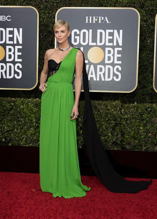 Pro nikoho nebylo překvapením, že Charlize Theron oblékla pro tuto příležitost model z módního domu Dior, kterému léta propůjčuje svou tvář. Hlavní návrhářka Maria Grazia Chiuri pro herečku vytvořila róbu skládající se z transparentního korzetu, který překrýval trávově zelený celek s vlečkou.