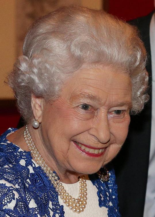 Královna rozdávala úsměvy na všechny strany.