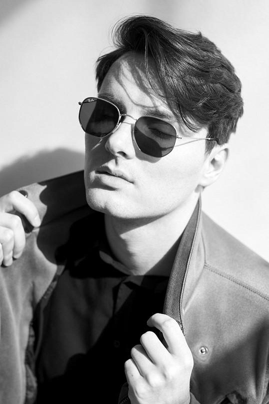 Filip Chris se narodil v roce 1992 v Benešově u Prahy a už odmalička tíhnul k umění a hudbě.