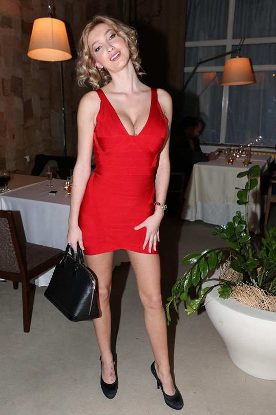 Modelce to v červených šatech slušelo.