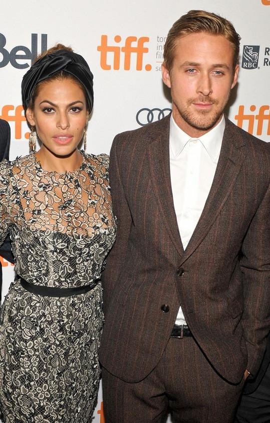 Kanadský herec s přítelkyní, herečkou Evou Mendes.