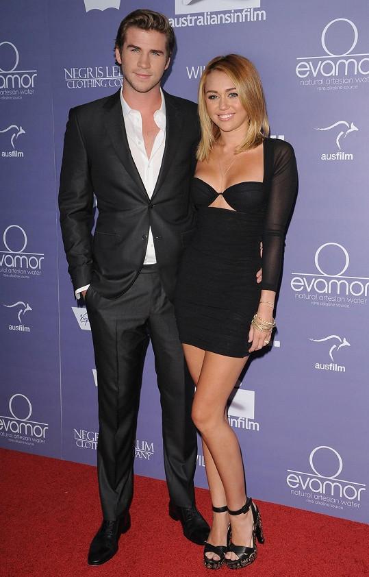 Liam Hemsworth je vážně fešák a Miley Cyrus by si ho měla více hlídat. Na této fotce měla Miley ještě delší vlasy.