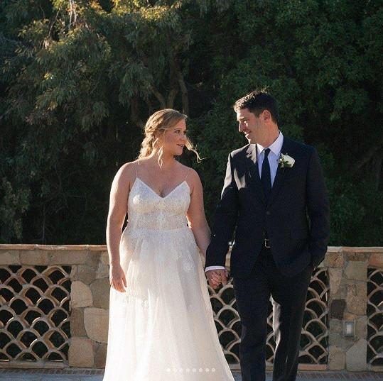Amy Schumer se provdala za Chrise Fischera.