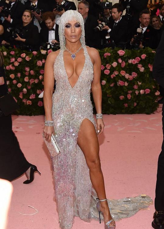 Jennifer Lopez v průběhu let zaujala nejedním modelem, ale v tom loňském od značky Versace zářila opravdu jako klenot.