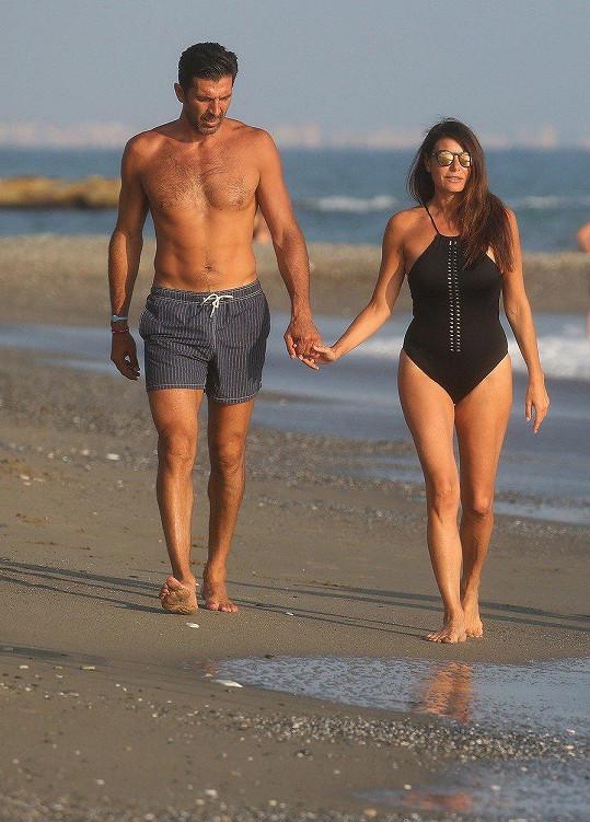 Gigi Buffon a Ilaria D'Amico na romantické procházce po pláži