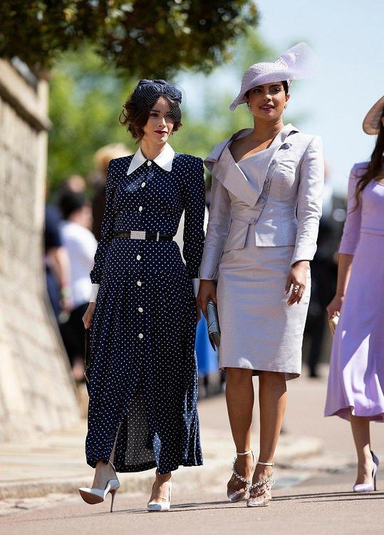 Lekci okázalosti a elegance všem uštědřila americká herečka Abigail Spencer (vpravo) v puntíkovaných oversize šatech Alessandra Rich.