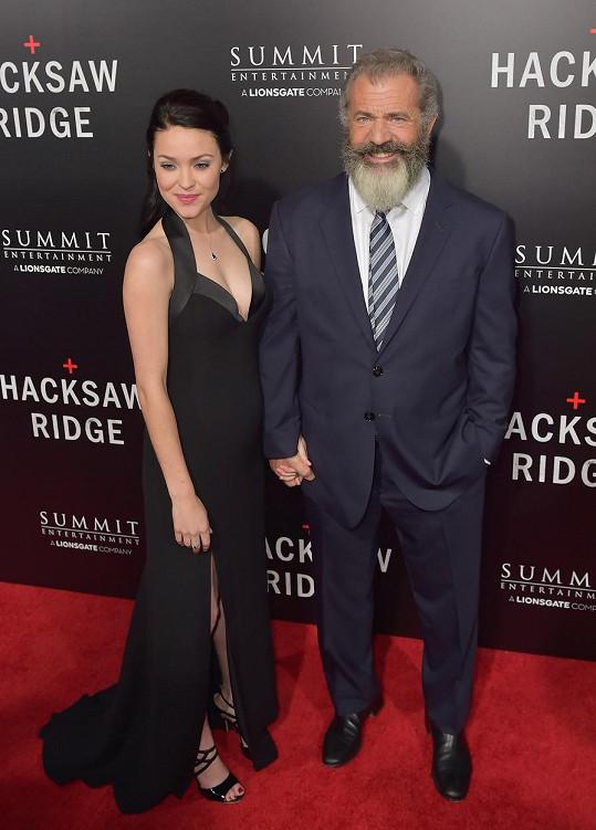 Slavný herec a režisér s přítelkyní, která mu porodí deváté dítě.