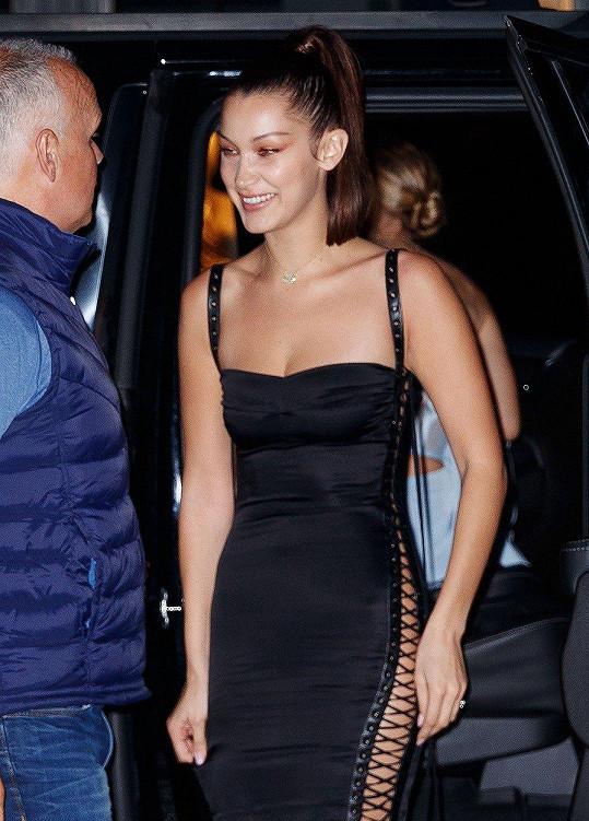 Bella zvolila pro oslavu tmavé šaty.
