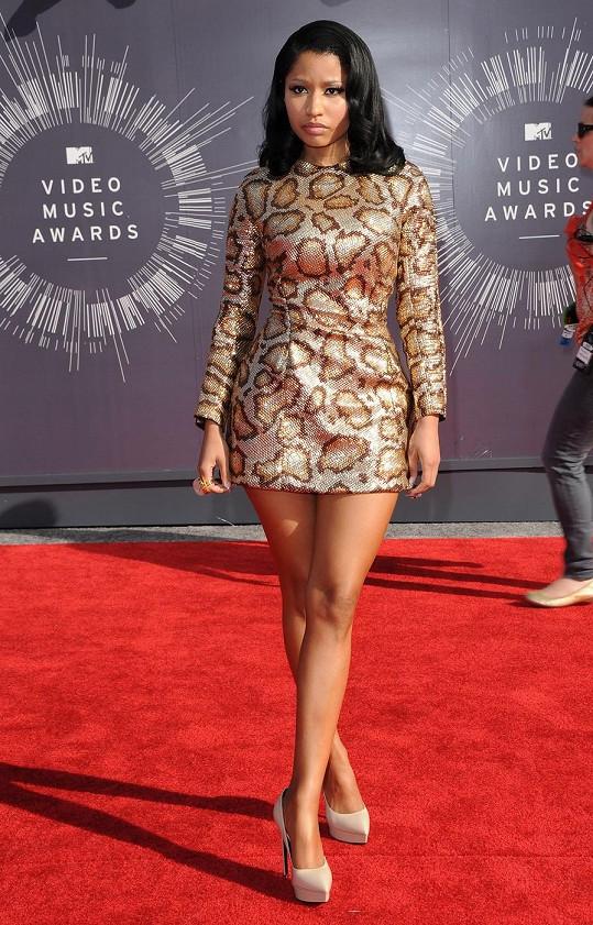 Světe, div se, Nicki Minaj se tentokrát neoblékla do modelu z neoprenu, PVC či molitanu, ale dala přednost eleganci. Rapperka kombinovala hollywoodský glamour s nádechem divočiny, když oblékla třpytivě zlatavé šaty s drzým vzorem anakondy z nadcházející kolekce Saint Laurenta.