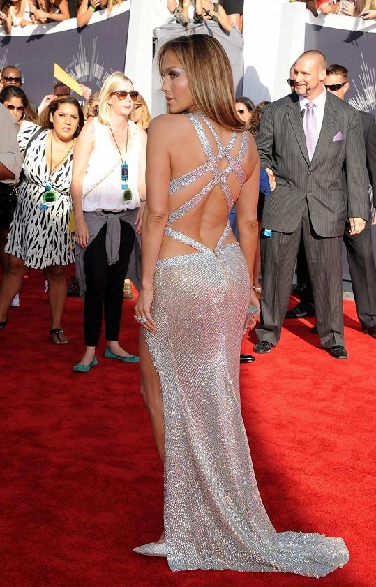 Zajímalo by nás, jakou živou vodu Jennifer Lopez pije, neboť v jejím případě čas plyne obráceně a vypadá stále lépe. V rafinovaně řešeném stříbrném modelu Charbel Zoe s odhaleným živůtkem a výřezy na kyčelní kosti předvedla, jak má správná popová diva na udílení hudebních cen vypadat.