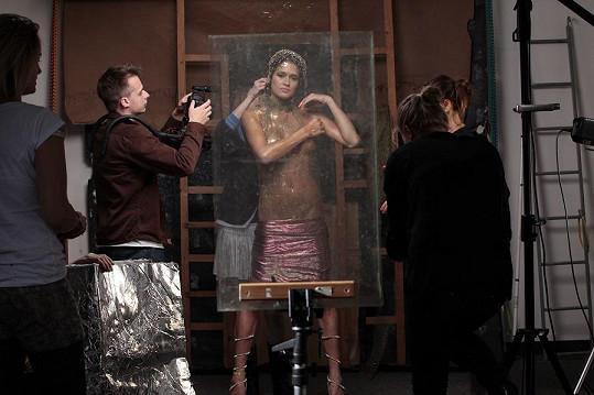 Modelka při přípravách na focení
