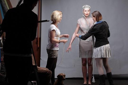 Modelka v rukou stylistů.