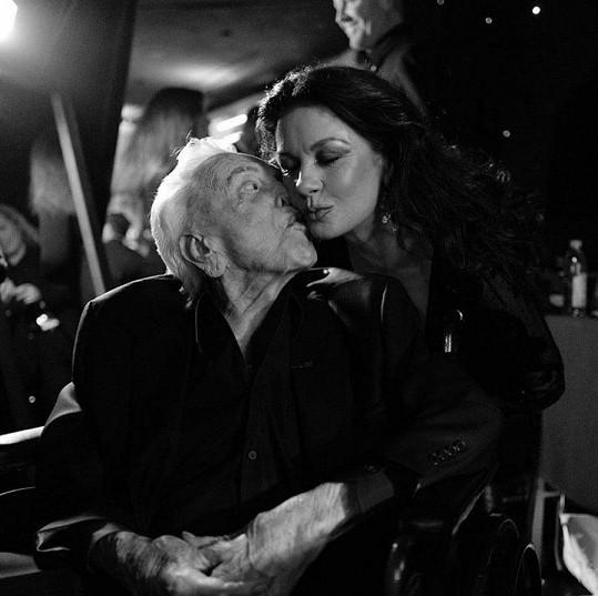 """""""Už teď mi chybíš. Spi sladce,"""" sdílela Catherine Zeta-Jones vzpomínku na tchána Kirka"""