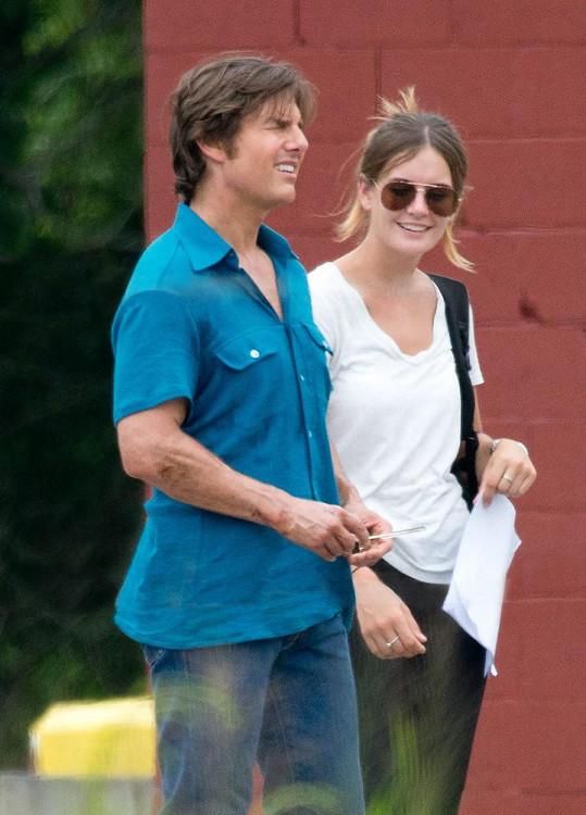 Tom Cruise si Emily před časem najal jako asistentku.