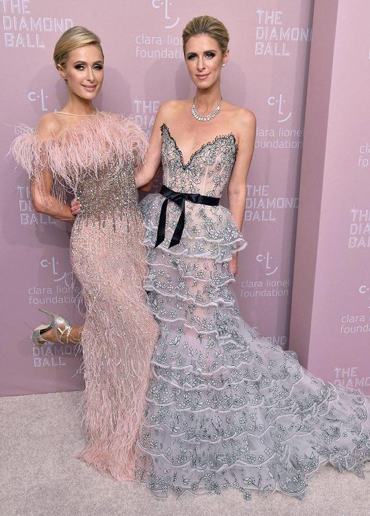 Paris (vlevo) a Nicky (vpravo) Hilton vyrazily na charitativní akci.