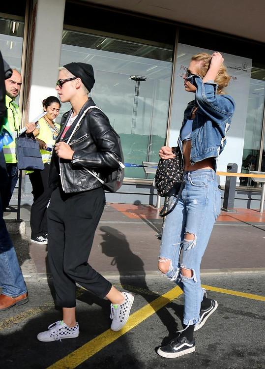 Tentokrát má módní zakázku Kristen, modelka Victoria's Secret a její milenka Stella Maxwell je tu pouze jako duševní opora.