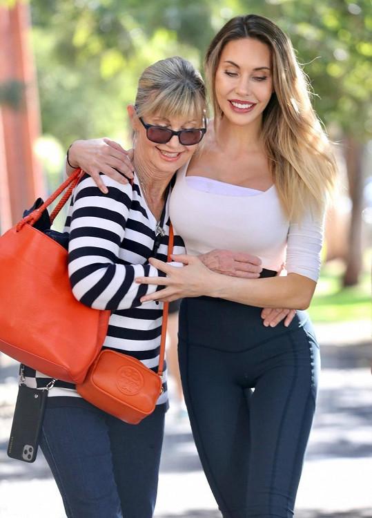 Se svou matkou Olivií Newton-John, která bojuje se čtvrtým stádiem rakoviny prsu.