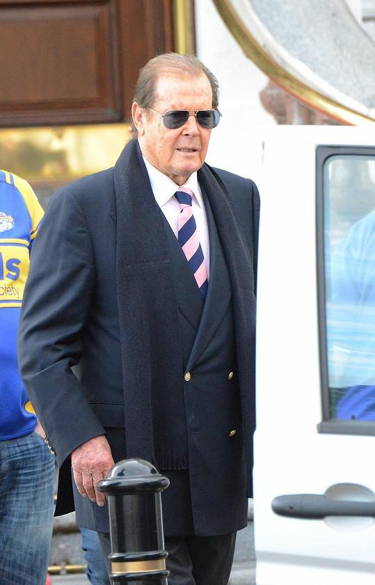 Na snímku starém sotva týden vypadá Roger Moore výtečně.