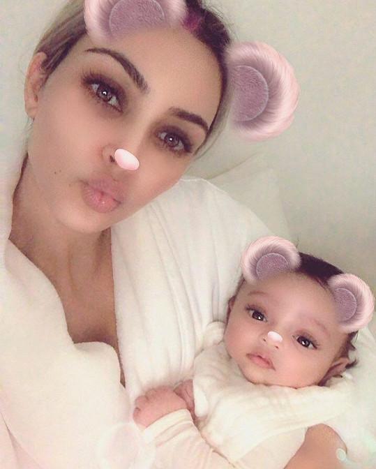 Kim Kardashian s dcerkou Chicago (8 měsíců)